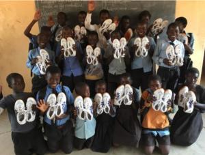 体育シューズがザンビアの小学校に届けられました。